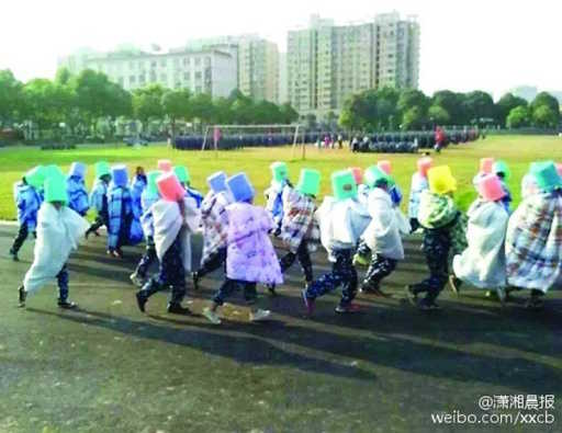 China: Carts forced to lie on asphalt under the blankets and run with buckets on the head in punishment for non