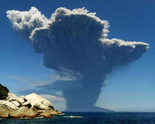 Japan: an unexpected volcano eruption on the island of Kutinoerabo;,Evacuation continues